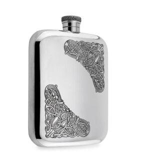 Карманная фляга для алкоголя English Pewter CEL125 с кельтской гравировкой в зооморфном стиле. Вид сбоку.