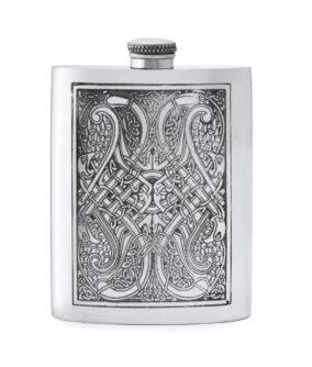 Карманная фляга English Pewter CEL152 с гравюрой в кельтском стиле. Вид спереди.