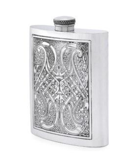 Карманная фляга English Pewter CEL152 с гравюрой в кельтском стиле. Вид сбоку.
