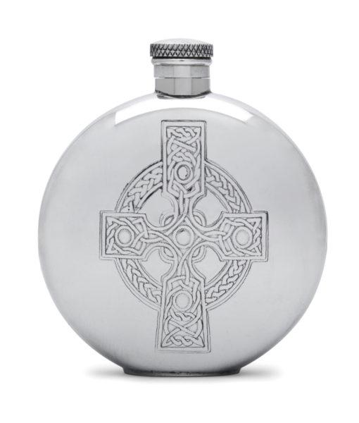 Круглая фляга English Pewter CEL490 с изображением кельтского креста. Вид спереди.