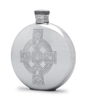 Круглая фляга English Pewter CEL490 с изображением кельтского креста. Вид сбоку.
