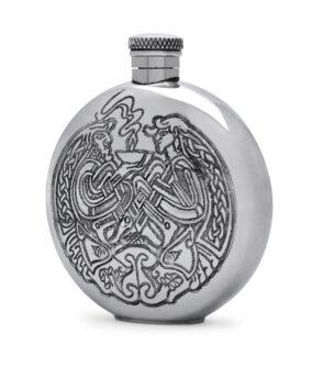 Круглая фляга English Pewter SF248 с кельтской гравюрой. Вид сбоку.