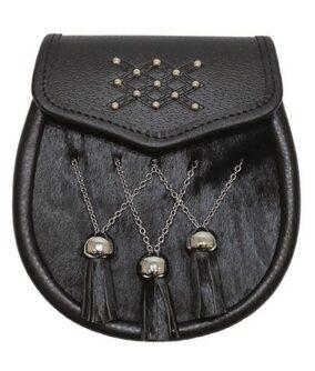 Черный кожаный спорран со вставкой из меха, подвесками и заклепками