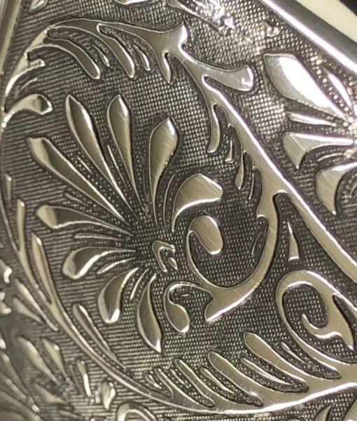 Карманная фляга English Pewter TSF612 с флористической гравировкой. Вид гравировки.